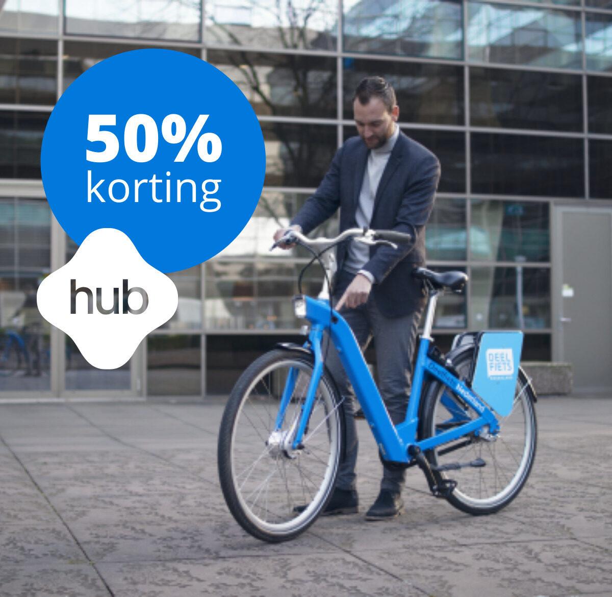 Man staat naast hubfiets op station - links boven button met 50% korting